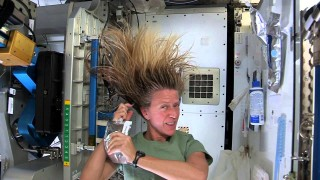 How to wash long hair in space – Astronaut Karen Nyberg