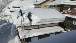 Life With Snow: Clearing a rooftop full of snow in the Japanese Alps