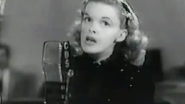 Judy Garland sings Over the Rainbow for US troops (1943)