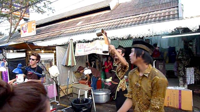 Making an Iced Tea in Bangkok's Chatuchak Weekend Market