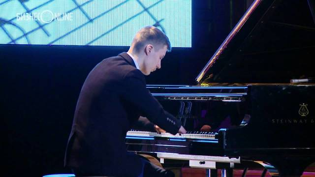 Born with no fingers, teen Alexey Romanov is a piano prodigy