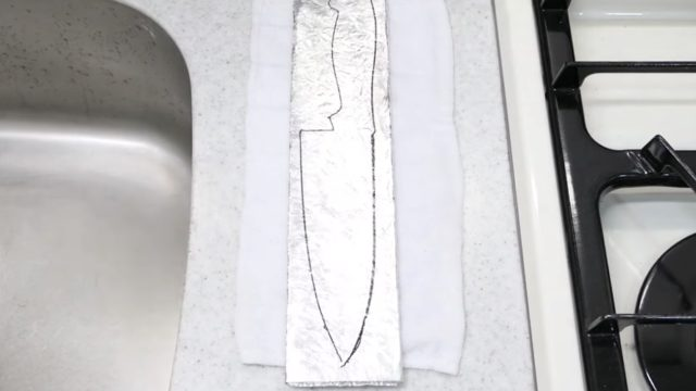 Making a kitchen knife from a roll of aluminum foil
